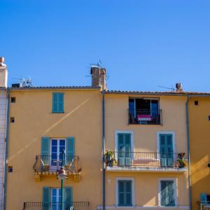 【新型コロナウイルス】封鎖され外出禁止のイタリアでバルコニーで歌う住民たち