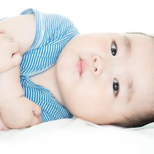 赤ちゃんの寝返りはいつから?目安時期・練習や環境は?