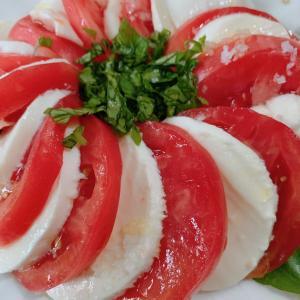 家庭菜園のバジルを使いたくてトマトとモッツァレラにしました!