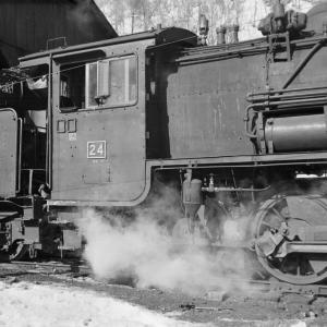 真谷地鉄道 機関庫で24号機のサイドビューを連写