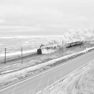 釧網本線 北浜で流氷バックにC58を撮る