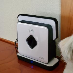 犬のマルと床拭きロボット ブラーバ390j (^^♪