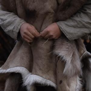 毛皮で服を作る海外ブッシュクラフターのワイルドすぎるキャンプ
