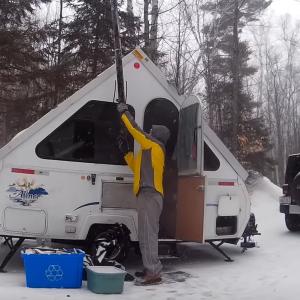雪の中、キャンピングトレーラーで一泊旅をするんだが……