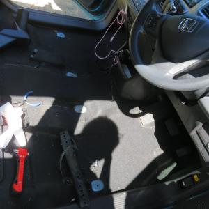 フリードスパイクの前席を洗う