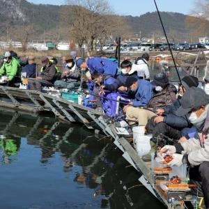 京都新聞『マスク姿ずらり、ワカサギ釣り本格化 「かき揚げにしたい」』