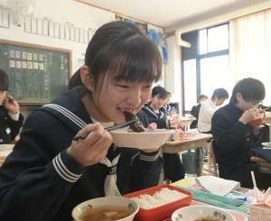 茨城新聞クロスアイ『古河の中学10校、給食にフナの甘露煮』