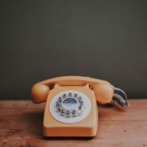 【発音付】イギリス英語で「会話を終える」「電話をする」「人を見送る」ときに使えるフレーズ
