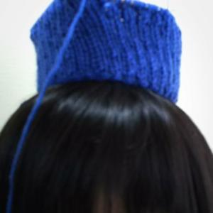 ケストラーさんのドイツ式作り目で、ニット帽編んでます。