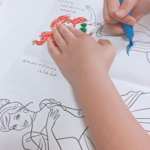 ダイソーのディズニープリンセス塗り絵絵本で遊ぶお姉ちゃん◡̈⃝︎