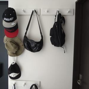 【モノトーン収納】 バッグや帽子の収納力をUPさせるフレキシブルなフック【山崎実業tower】