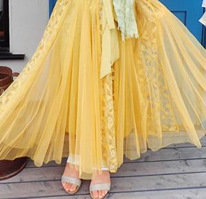 フェミニンなレース柄で美しさを纏うチュールスカート