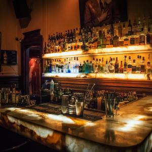 尊敬する先輩と2人で出張中の夜、バーで仕事論について熱く語り交わしていたら先輩の鼻毛が…
