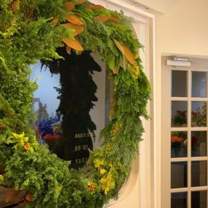 窓に大きなリースを飾り、店内は秋から冬の装いへ(2019.11.08)