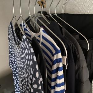 【ハンガーで簡単に!】畳むことを辞めた私の洋服収納