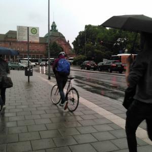 雨が降っても電動自転車は使えるの?