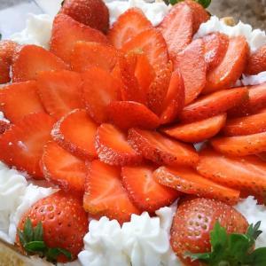 夫の誕生日/マリービスケットを使った苺のバースデーケーキ