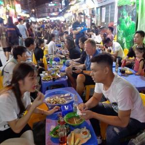 ハノイ・旧市街の夜の飲食店繁華街『タ・ヒエン通り』