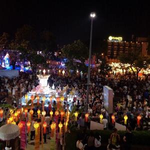 チェンマイの『ローイクラトン祭り』初日