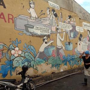 バリ島の旅『デンパサールの路上にある壁絵』