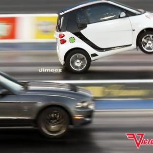 日本のトヨタのエンジンをスマートにのせてマスタングと勝負した結果!【タイ人の反応】