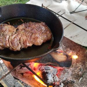 雨撤収の神鍋高原キャンプ場で朝からステーキと肉パスタでガッツリご飯
