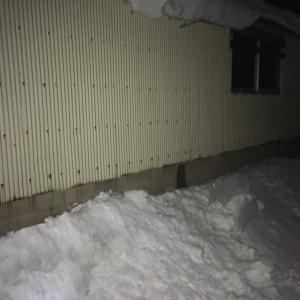 落雪注意。。。積雪地域では軒下を歩かないのが鉄則。
