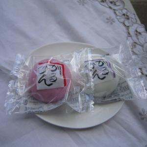 告別式で紅白饅頭をもらった