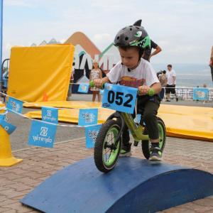 幼児は自転車競技を戦いました