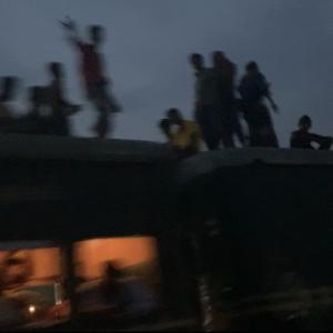 バングラデシュ入国不可?!電車の上に人が乗っている国とは?!