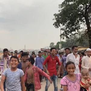 50人のバングラデシュ人に囲まれ、その場でイベント開催!?