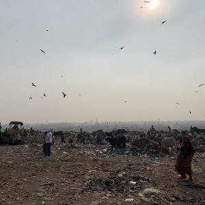 インドのスラム街のゴミ山と売春アパートに潜入?!