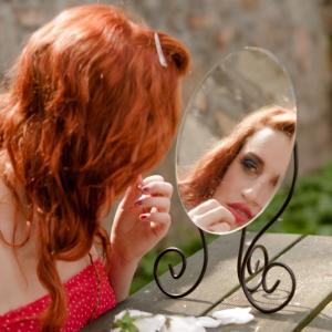 割れた鏡を使い続けるのは良くないって本当?噂を調査