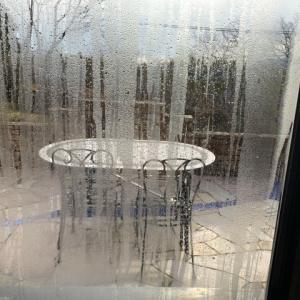 窓ガラスの結露は珪藻土マットで劇的解決!置くだけ簡単!