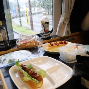 雨でも楽しい!キャンピングカーでの朝食。