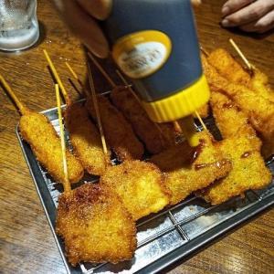 串カツはソースのプールにダイブして、指で串をクルクルクルッとローリングスバットさせて食べるから串カツやのにね