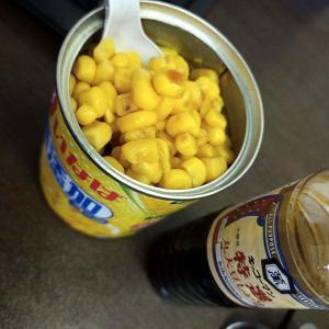 いなばのコーンの缶詰をスプーンで、わさこーん、わさこーんと食べると超美味いよ!