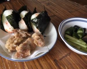おにぎりと鶏の竜田揚げのお昼ごはん