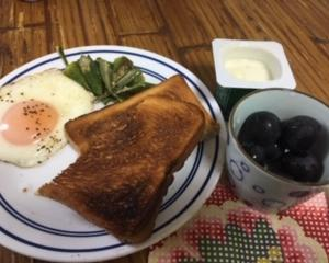 目玉焼きとオクラのバター炒めの朝ごはん