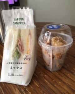 コンビニのサンドウィッチと唐揚げのランチ