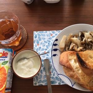 3種類のキノコのバターソテーとパンの朝ごはん