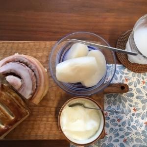 シナモンロールとチーズクリームパイの朝ごはん