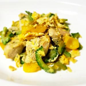 簡単でシンプルだけど美味しい! 鶏むね肉とゴーヤの炒め物