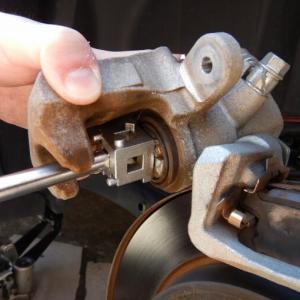 スイフトスポーツ(ZC33S)車検整備でブレーキフルード交換を実施