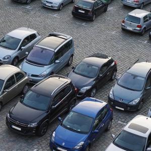 駐車場に見知らぬ車が