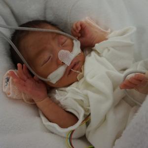 【NICU】修正34週。ネーザルハイフローに変更、コットに移動、短肌着着用。生後31日目、初沐浴。