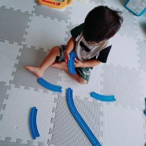 プラレールは最高の知育!2歳息子プラレールをつなげれるように♡