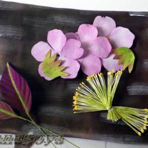 再販桜のコサージュと神社の紅葉