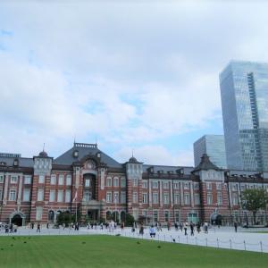東京駅前の無料展望スポットから東京駅を見る