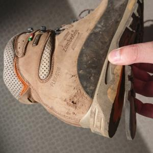 ソールのはがれた登山靴を接着剤で補修する